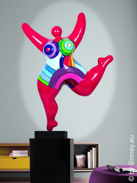 Unikat: rote Nana-Figur Höhe 73cm mit bunten Bögen